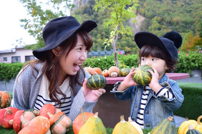 La giovane madre giapponese sta giocando con suo figlio fotografia stock libera da diritti