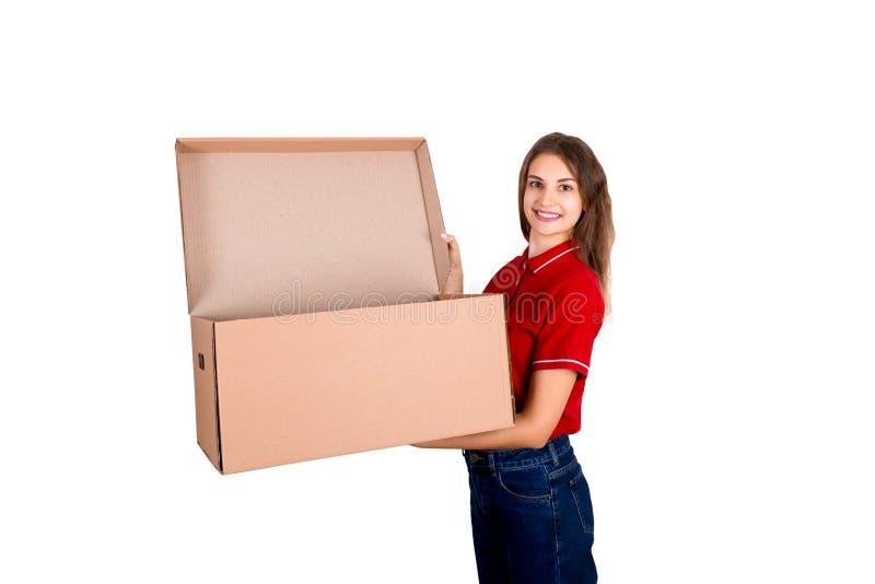 La giovane persona di delivey sta giudicando una grande scatola aperta del pacchetto isolata su fondo bianco fotografie stock