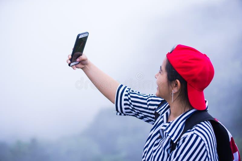 La giovane ragazza asiatica prende il suo autoritratto fotografie stock libere da diritti