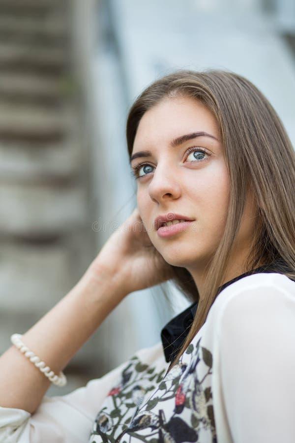 La giovane ragazza dei pantaloni a vita bassa dello studente guarda avanti diritto fotografie stock libere da diritti