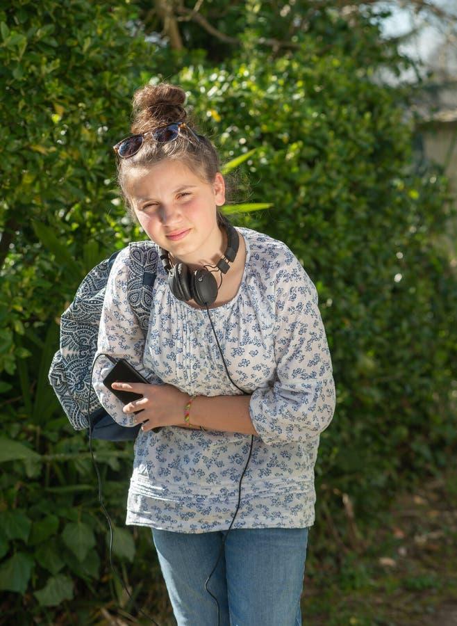 La giovane ragazza dell'adolescente ha un dolore di stomaco fotografia stock