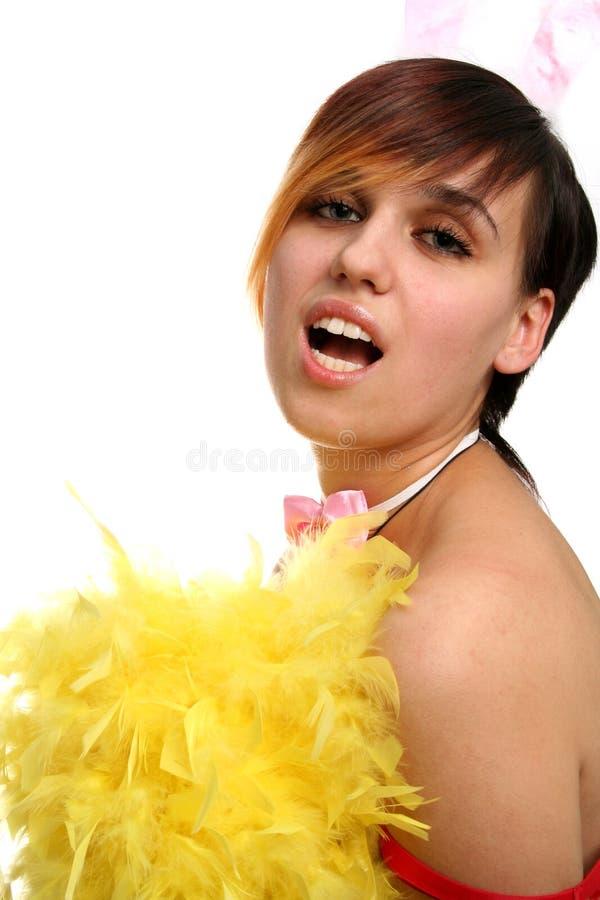 La giovane ragazza di coniglietto con le piume gialle immagine stock
