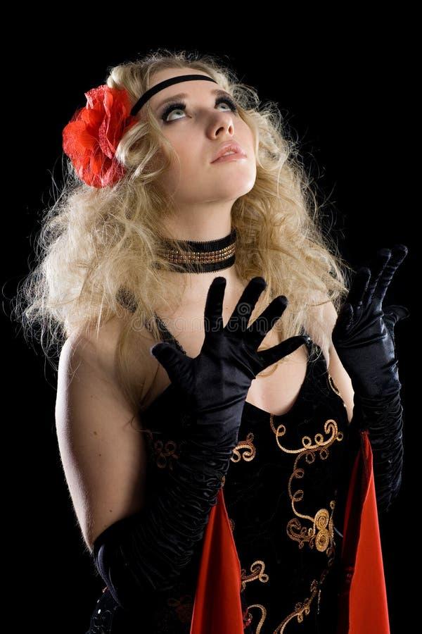 La giovane ragazza di dancing espressiva guarda su. fotografia stock