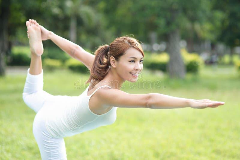 La giovane ragazza di sport fa l'yoga fotografia stock libera da diritti