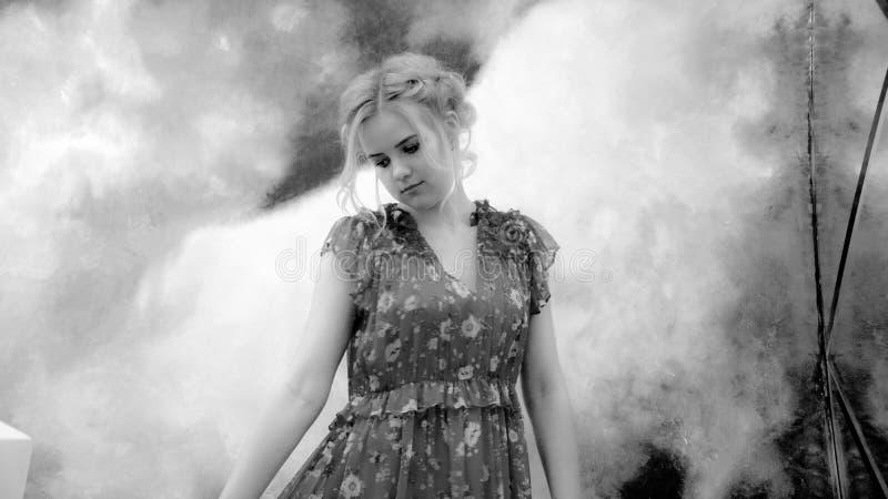 La giovane ragazza graziosa in vestito gradisce in fumo immagine stock libera da diritti