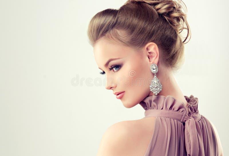 La giovane ragazza splendida si è vestita in vestito da sera e nel trucco delicato sopra fotografia stock libera da diritti