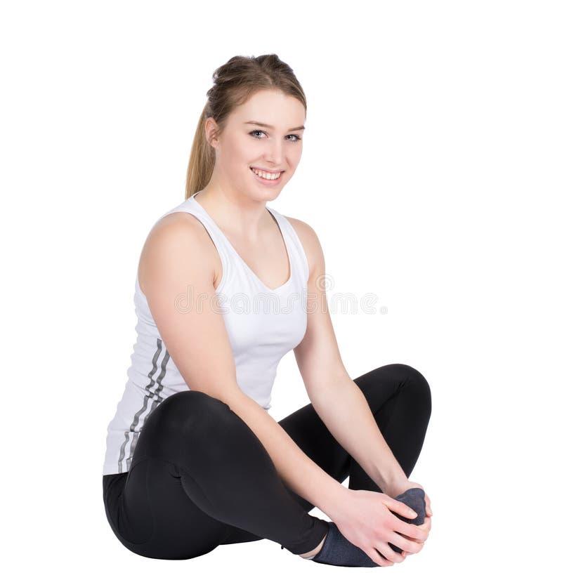 La giovane sportiva si siede sul pavimento fotografie stock