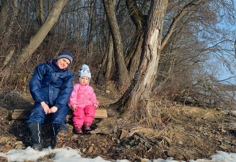 La giovani madre e bambina nel sole si accendono dentro la foresta immagine stock libera da diritti
