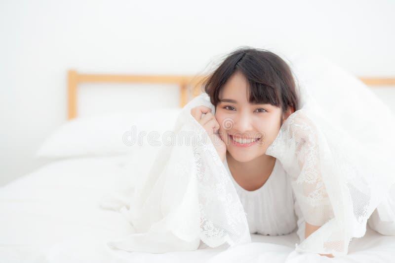 La giovani menzogne della donna del bello ritratto ed attimo asiatici di sorriso svegliano con l'alba alla mattina, ragazza con f fotografia stock
