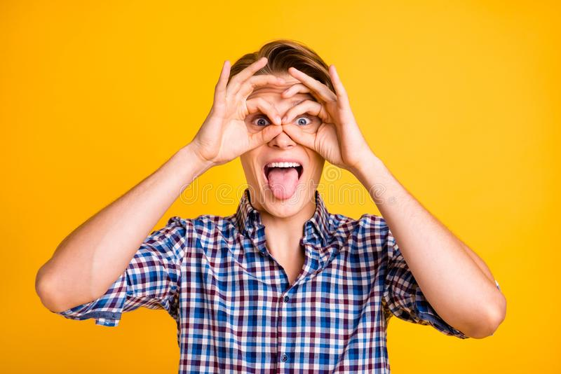La gioventù stupefacente della foto alta vicina lui il suo simbolo mano-braccio di okey del dito dell'uomo vicino a spec. degli o fotografia stock libera da diritti