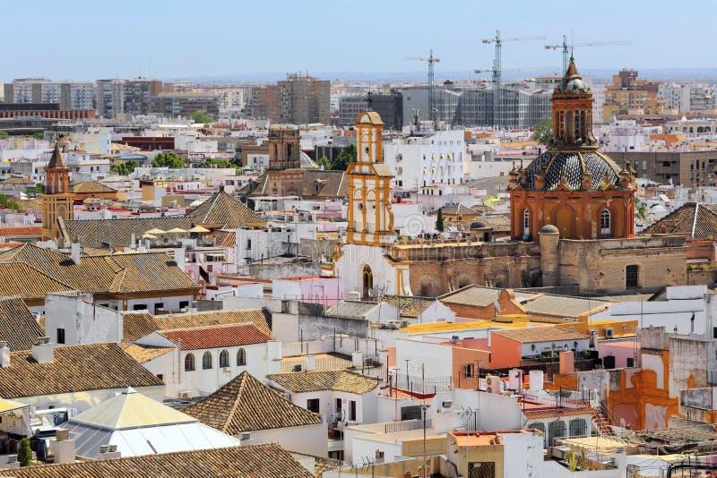 从La Giralda塔的圣克鲁斯教会  库存照片