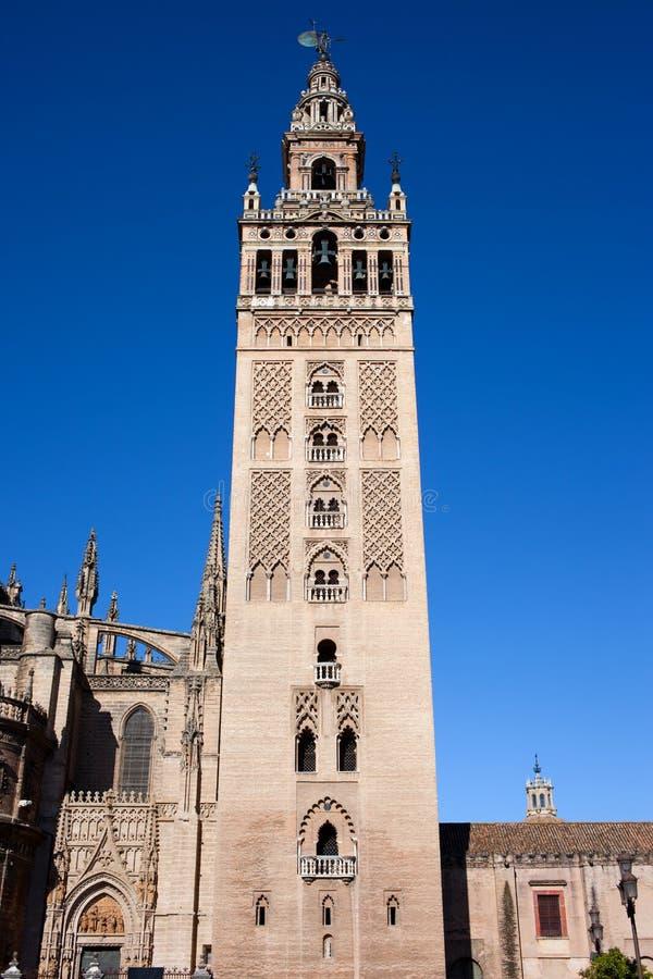 La Giralda sätta en klocka på står hög i Seville arkivbilder