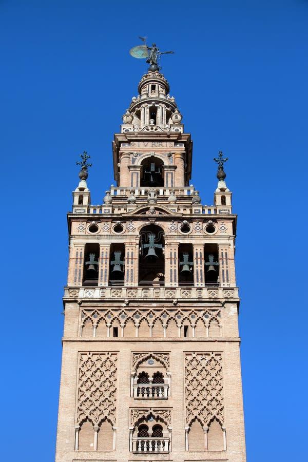 La Giralda sätta en klocka på står hög i Seville arkivfoton