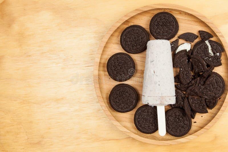 La glace à l'eau savoureuse et régénératrice de crème glacée - a assaisonné les biscuits et la crème image stock