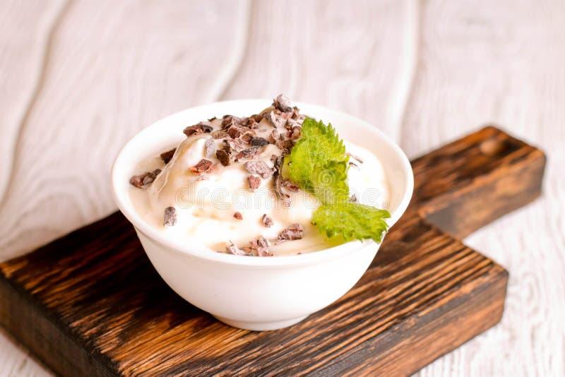 la glace à la vanille avec du chocolat, menthe décorée, se ferment  photo libre de droits