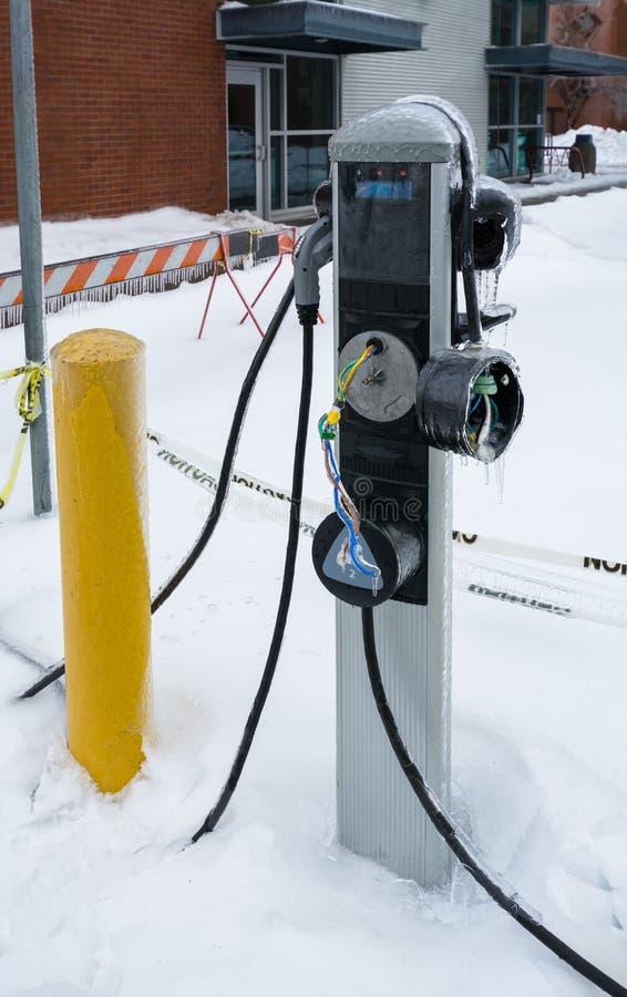 La glace a couvert la station de charge d'EV dans le délabrement la saison d'hiver image stock