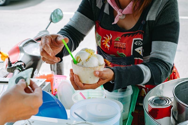 La glace de achat de lait de noix de coco du chariot de glace font des emplettes image stock