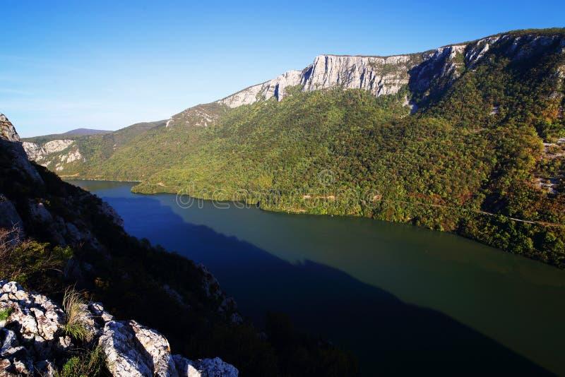 La gola del Danubio visto dalla banca rumena La banca serba la banca giusta del fiume nel fondo fotografie stock