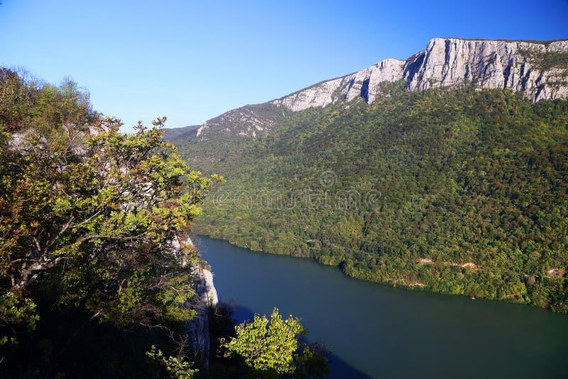 La gola del Danubio visto dalla banca rumena La banca serba la banca giusta del fiume nel fondo immagini stock