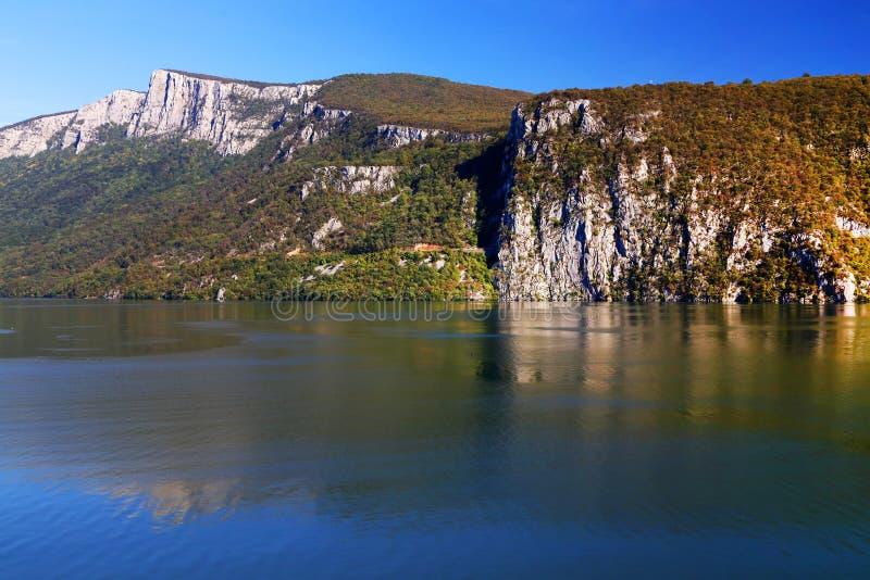 La gola del Danubio visto dalla banca rumena La banca serba la banca giusta del fiume nel fondo immagine stock libera da diritti