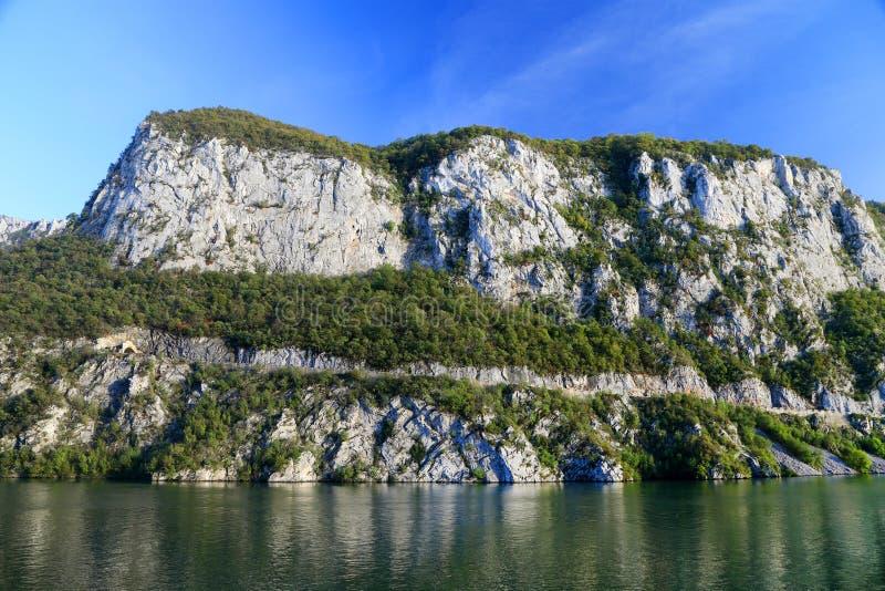 La gola del Danubio visto dalla banca rumena La banca serba la banca giusta del fiume nel fondo fotografie stock libere da diritti