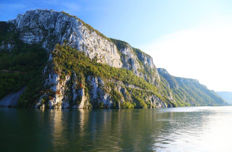 La gola del Danubio visto dalla banca rumena La banca serba la banca giusta del fiume nel fondo immagine stock