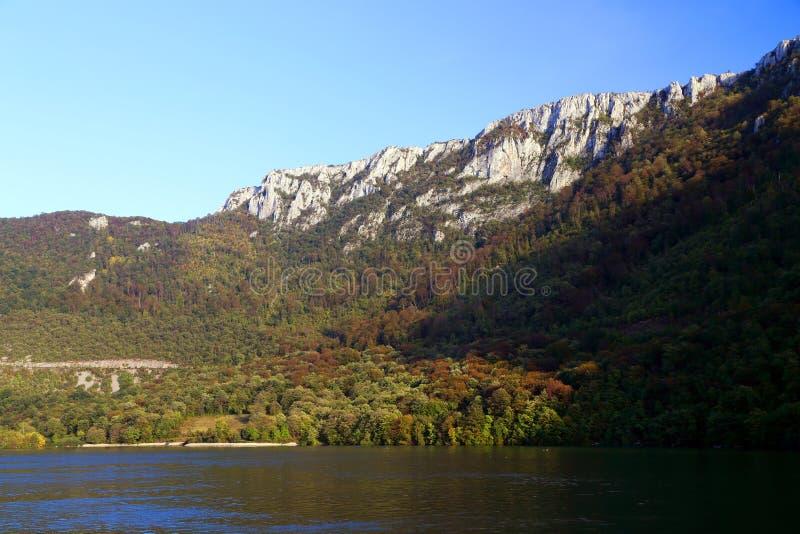La gola del Danubio visto dalla banca rumena La banca serba la banca giusta del fiume nel fondo fotografia stock libera da diritti