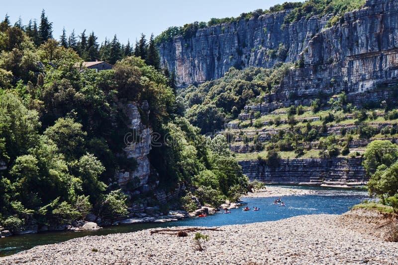 La gola e le canoe rocciose sul Ardeche Rive fotografie stock libere da diritti