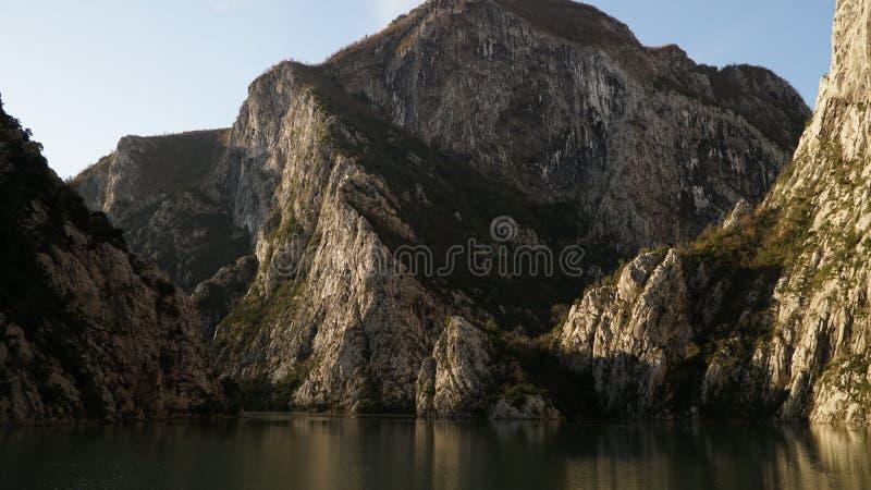 La gola e la montagna di Koman del lago abbelliscono in Albania immagini stock libere da diritti