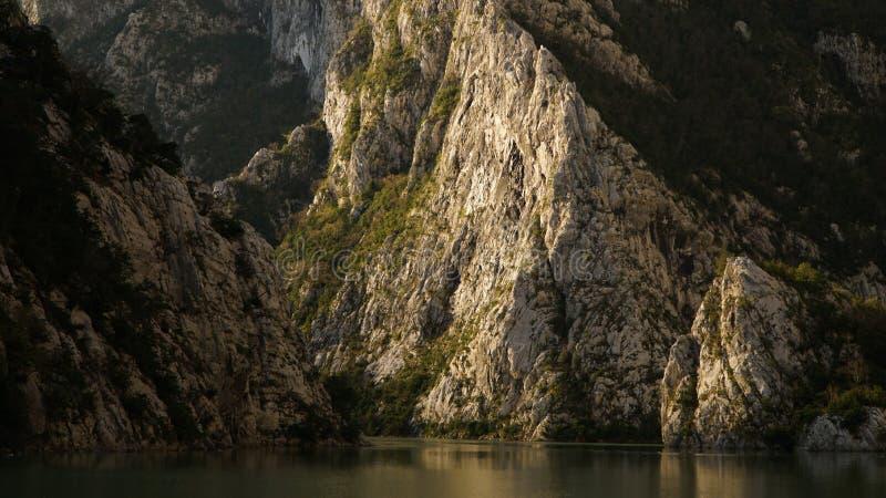 La gola e la montagna di Koman del lago abbelliscono in Albania fotografie stock libere da diritti