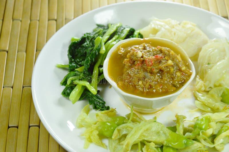 La goma del chile del cangrejo de herradura come pares con la verdura hervida variedad en la placa fotografía de archivo libre de regalías