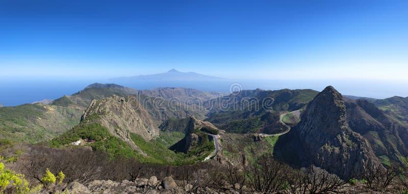 La Gomera - Panorama - Bergweg met Los Roques royalty-vrije stock foto's