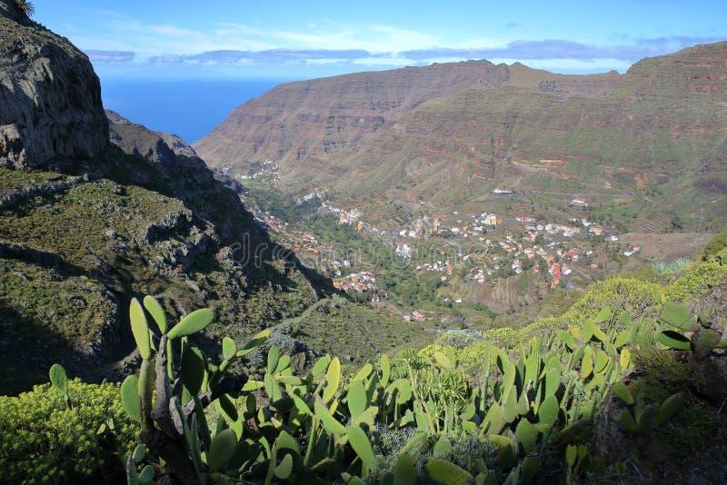 LA GOMERA, SPANJE: Algemene mening van Valle Gran Rey van een wandelingssleep dichtbij Gr Cercado en met cactusinstallaties in de royalty-vrije stock afbeeldingen