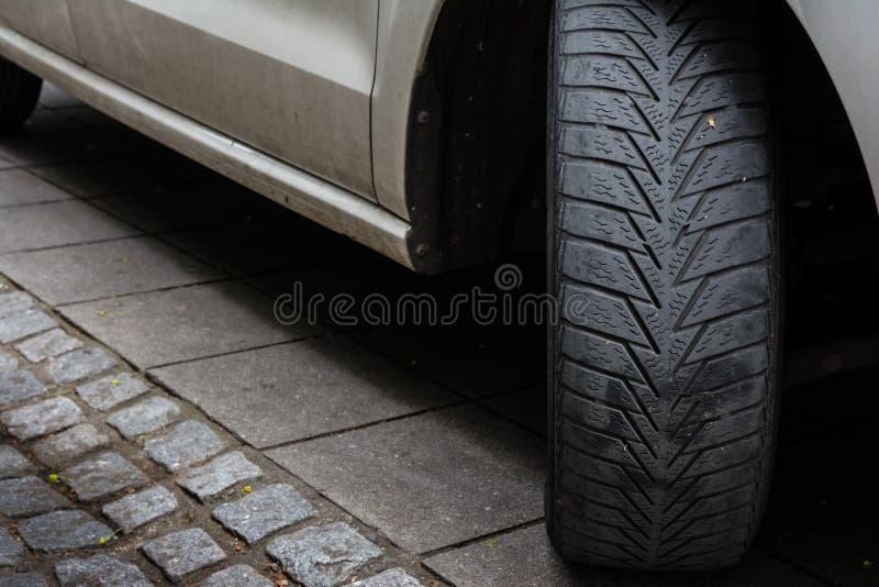 La gomma di automobile ha girato Asphalt Road Dirty bianco nero parcheggiato marciapiede U immagini stock
