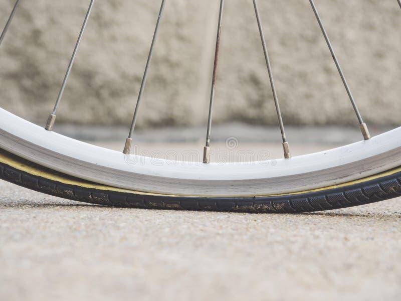 La gomma piana, ruota di bicicletta parte il servizio fotografia stock