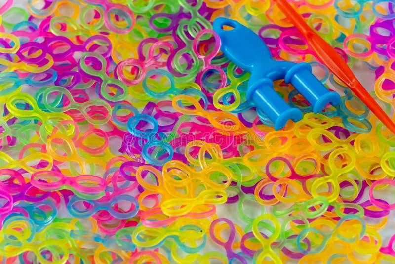 La gomma tricotta, molti elastici colorati fotografie stock