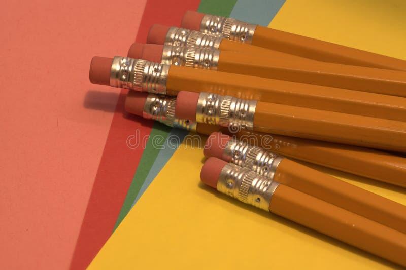 La gomme a complété des crayons photos stock