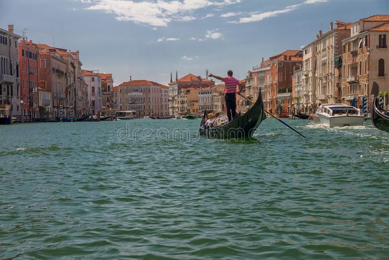 La gondola con i turisti galleggia lungo Grand Canal a Venezia, Italia immagini stock libere da diritti