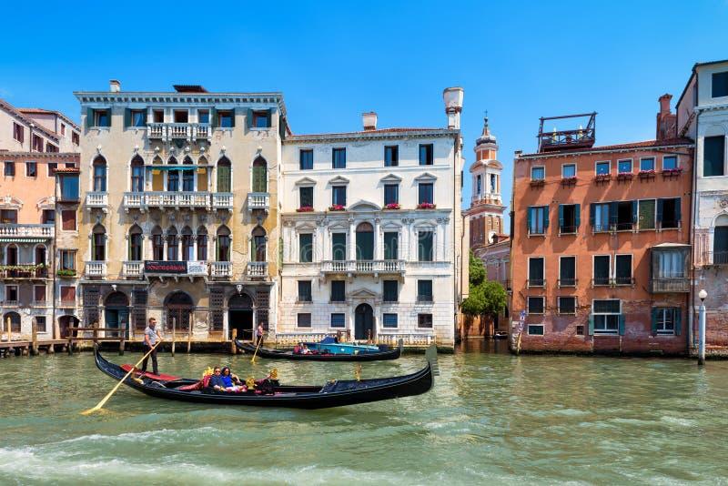 La gondola galleggia lungo Grand Canal a Venezia fotografia stock