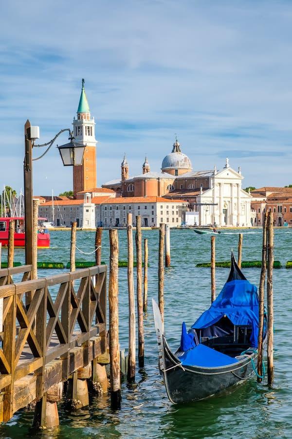 La gondola tradizionale vicino alla st segna il quadrato a Venezia immagini stock libere da diritti