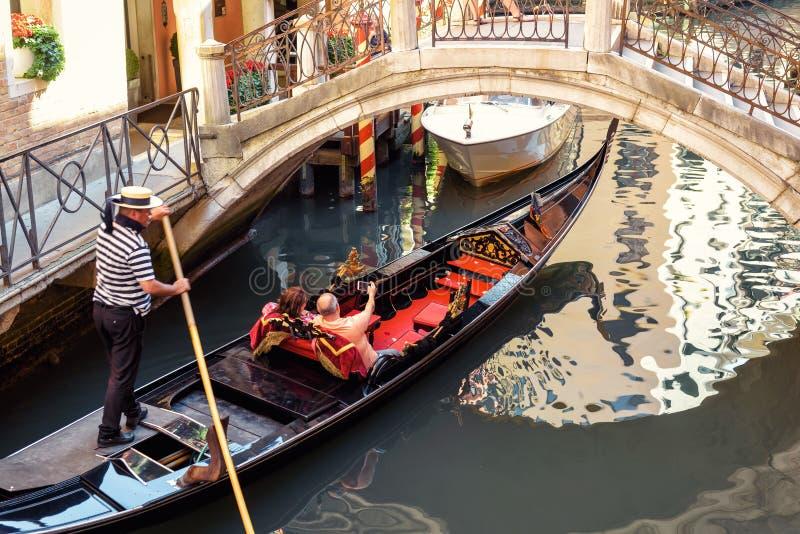 La gondole navigue sur la vieille belle rue à Venise image libre de droits