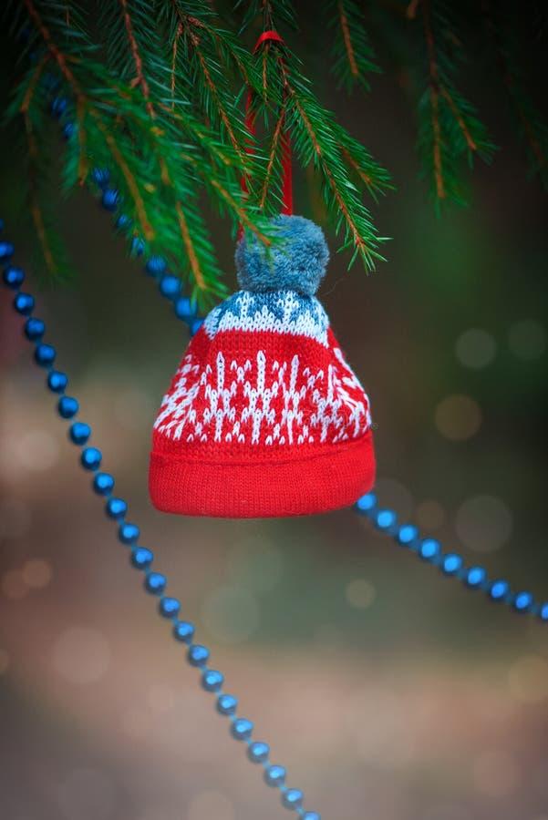La gota y el sombrero de la decoración de la Navidad en el abeto ramifican foto de archivo