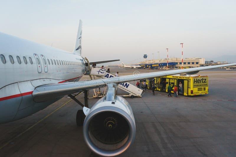 La Grèce, Athènes, avril 2018 Avion de ligne moderne de passager sur la ruelle pendant le service image libre de droits