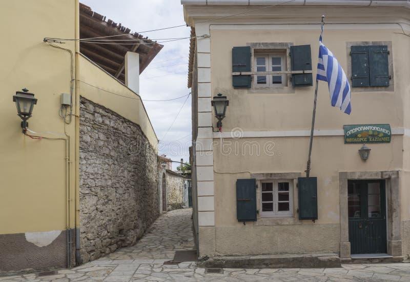La Grèce, Corfou, Krini, le 26 septembre 2018 : Vieille maison traditionnelle dans le village Krini avec la rue et le drapeau en  photographie stock libre de droits