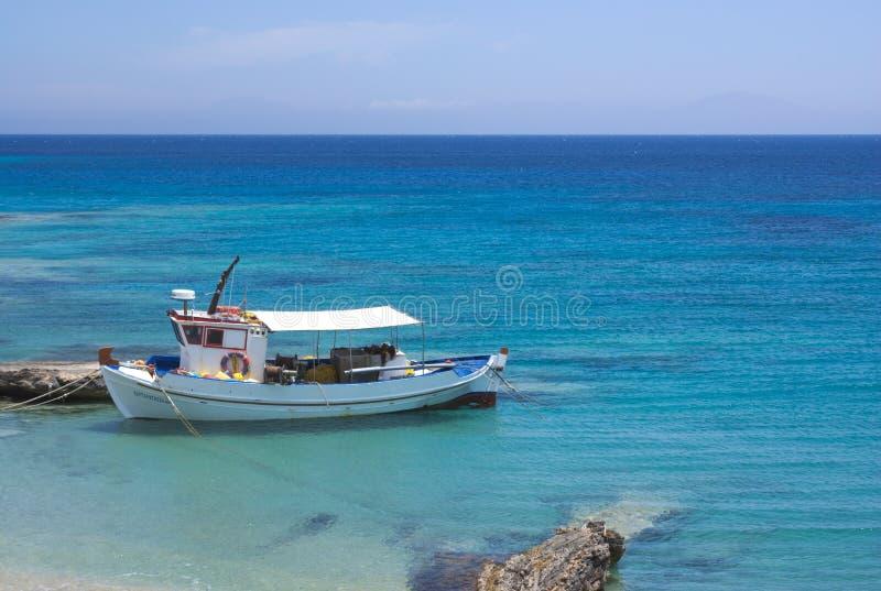 La Grèce, Koufonissi Cristal - mer bleue claire Un petit bateau de p?che photo libre de droits
