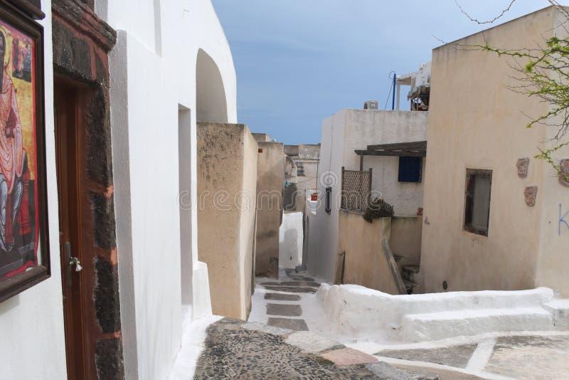 La Grèce, l'île de Santorini Le village intérieur d'Emborio Une petite place images libres de droits