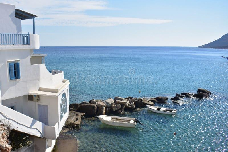 La Grèce l'île de Sikinos, deux bateaux aux îles hébergent photographie stock libre de droits