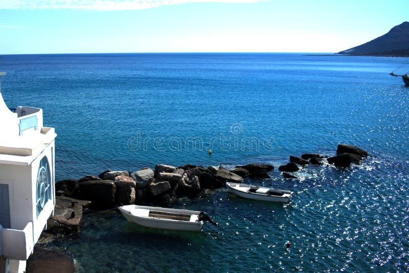 La Grèce l'île de Sikinos Deux ont amarré de petits bateaux images libres de droits