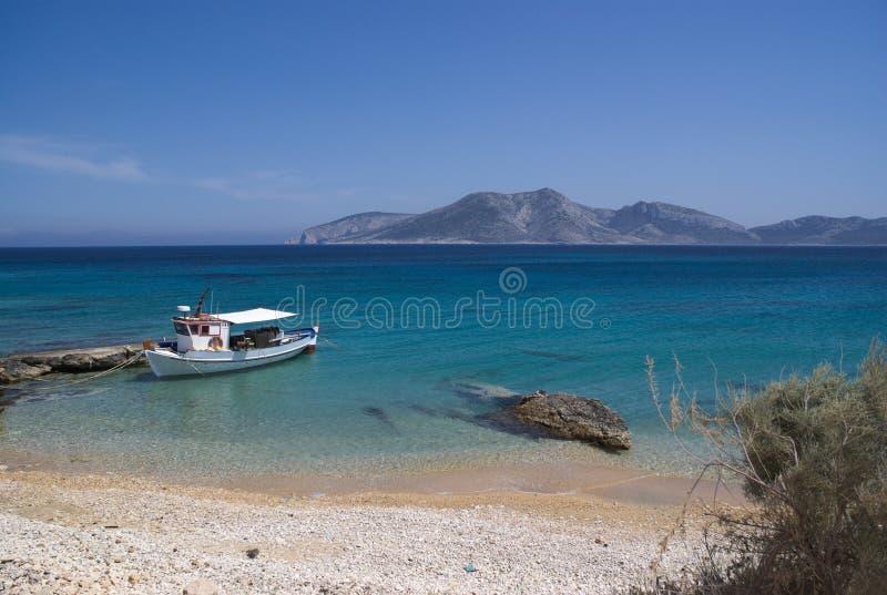 La Grèce l'île tranquille et belle de Koufonissi Un bateau de pêche solitaire photos libres de droits