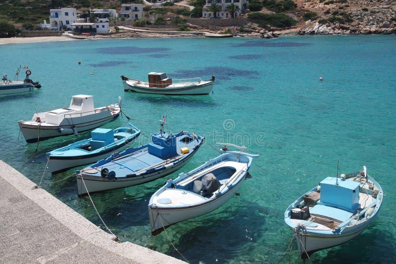 La Grèce, la petite île d'Irakleia Petits bateaux de pêche dans la baie photo libre de droits